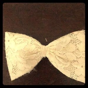 Accessories - Hair bow, lace and white.